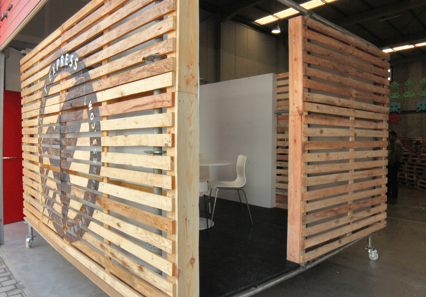 Oscar rodr guez paletexpress co working space for Pallet wall on wheels